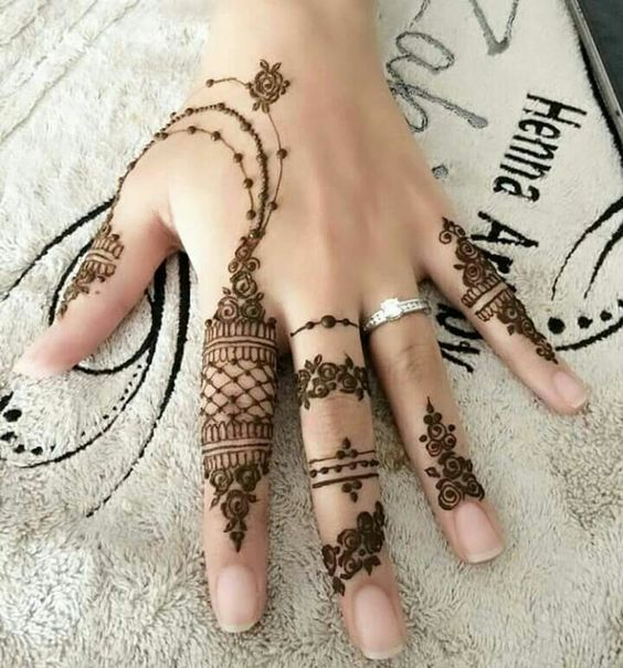 Simple Arabic Henna pattern for Hands